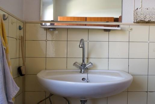トラブル#28【破損】洗面台に寄りかかりすぎ? 原因不明の完全崩壊。〜民泊のトラブル君